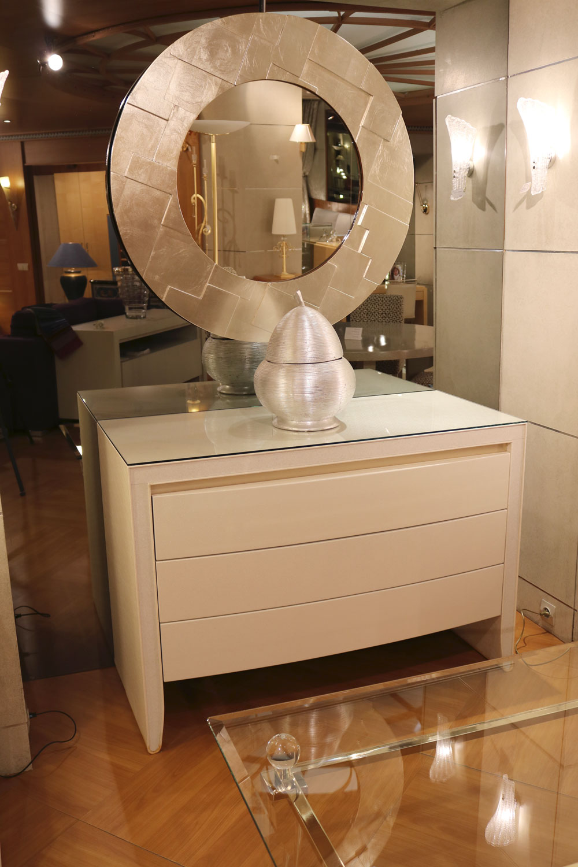 Mobilier de Luxe Paris La commode VICTORIA en laque et gainage à trois tiroirs meuble de rangement