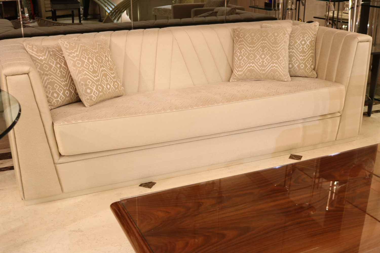 canapé de qualité, table basse bois vernis Madélia Paris